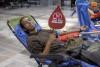donando su sangre