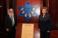 Nusia Wacher, sobreviviente del Holocausto junto al Dr. William Soto.