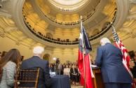 """En el Capitolio de la ciudad de Austin, Texas, miembros de la legislatura reciben el proyecto """"Huellas para no olvidar"""" en un emotivo acto."""