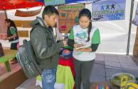 Joven paceño en Feria Ambiental