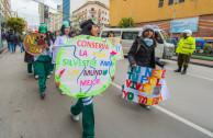 Jóvenes bolivianos de distintas unidades educativas recorrieron las calles de La Paz, como un llamado para combatir el comercio ilegal de animales