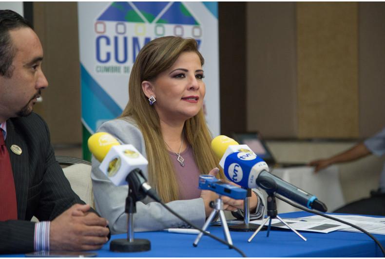 Gabriela Lara exponiendo