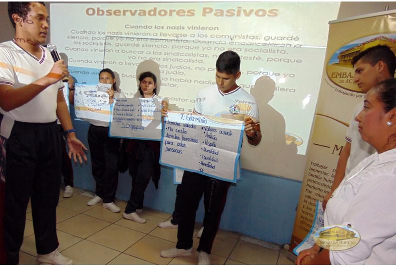 Estudiantes compartiendo los pasos o etapas