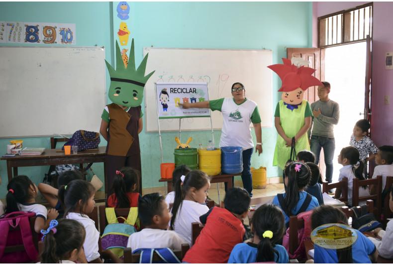 Estudiantes recibiendo taller ambiental