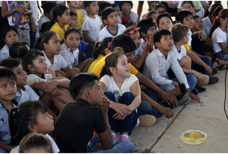 Estudiantes atentos a las exposiciones ambientales