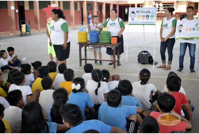 """Estudiantes de la Unidad Educativa """"Juan Ardaya Méndez"""" participando de las actividades ambientales"""